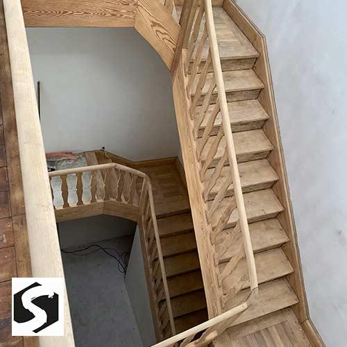 Holz-Treppenhaus wie geschiffen